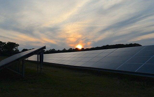 Energia-pulita-pannelli-solari-tramonto